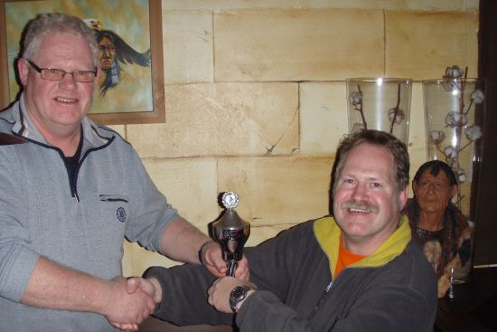 5 winnaar 2008 (rechts) feliciteert winnaar 2009 (links)