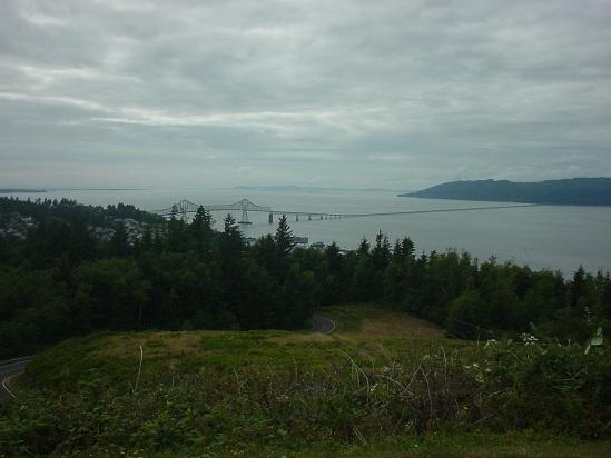 Vanaf een heuvel bij astoria een overzicht van de (enorme) columbia
