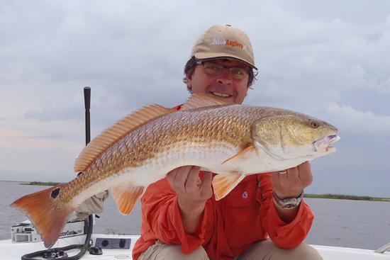 Een zakenreis werd verlengd met een vistrip in de New Orleans Bayou; op licht materiaal redfish/drum vangen