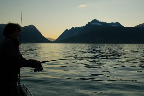 Middernacht...... vissen drillen in lekker warm weer, geen wind; echt, dit is Poolgebied :-)