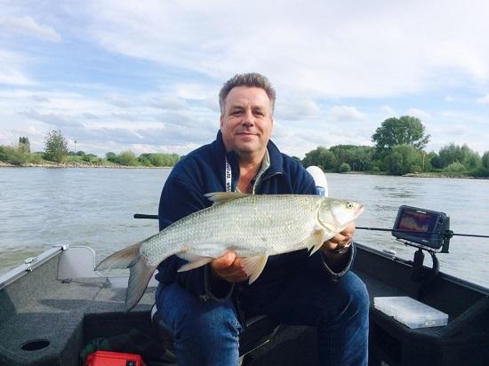 """Nieuwe boot opgehaald en gelijk uit proberen – binnen 2 uur een mooi klusje roofblei in de boot; nummer 1 mocht als """"eerste vis in de boot"""" even op de foto."""