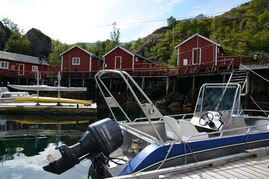 Kvaerno boten met op de achtergrond de Rorbuer huisjes